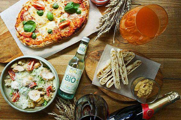 Duo pizza and wine